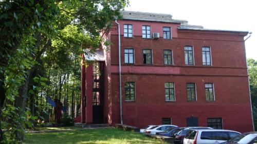 Witebsk – budynek Galerii Marca Chagala nawysokiej skarpie rzeki Dźwiny