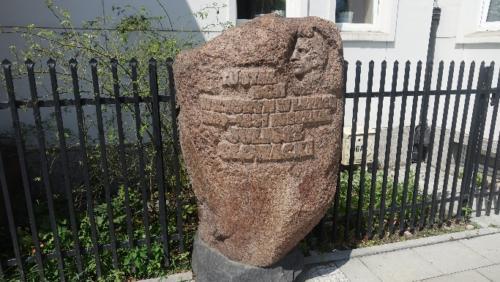 ul. Elektoralna 20 – kamień upamiętniający miejsce zamieszkania Juliusza Słowackiego