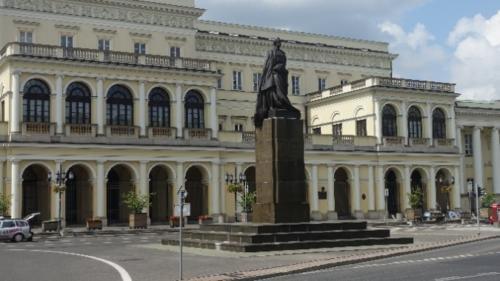 Plac Bankowy – w centralnej jego części przed Ratuszem stoi pomnik Juliusza Słowackiego