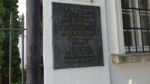 Tablica upamiętniająca pobyt Elizy Orzeszkowej i Marii Konopnickiej na pensji prowadzonej przez siostry Sakramentki