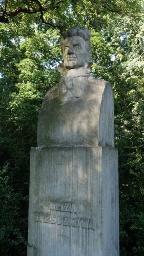 Popiersie Elizy Orzeszkowej w Parku na Książęcym (niedaleko Pl. Trzech Krzyży) wykonane z granitu.