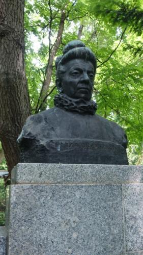 Popiersie Elizy Orzeszkowej w Parku Praskim wykonane z brązu i granitu