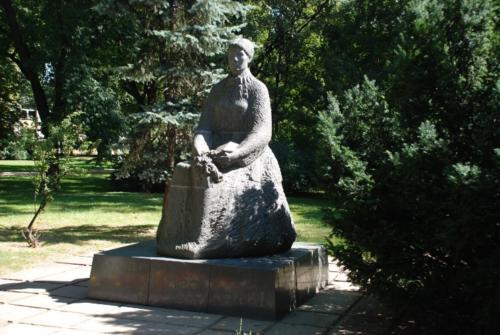 Ogród Saski - pomnik Marii Konopnickiej – znajduje się w północno-zachodniej części Ogrodu