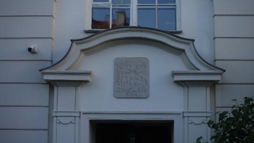 Górnośląska 16 – tablica upamiętniająca ostatnie miejsce zamieszkania pisarza i jego śmierci