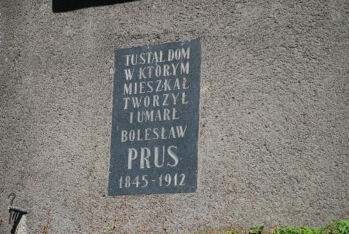 ul. Wilcza 12 – tablica upamiętniająca dom w którym mieszkał i zmarł Bolesław Prus