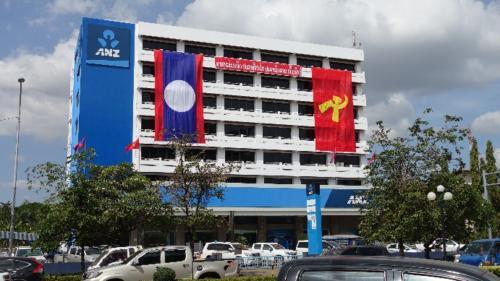 Vientian – nagmachu publicznym flaga Laosu ipartii komunistycznej