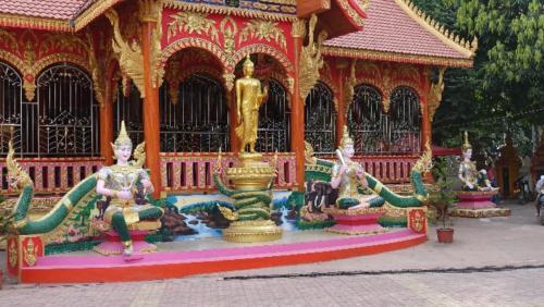 Vientian – posągi Buddy naterenie świątyni