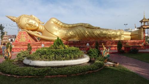Vientian – przy stupie Pha That Luang posąg odpoczywającego Buddy