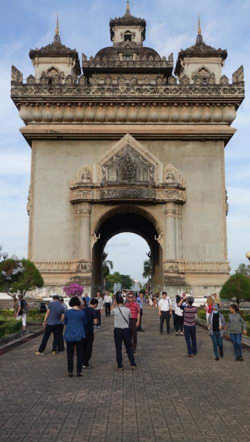 Vientian – główna ulica miasta – Łuk Triumfalny