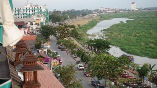 Vientian – widok naMekong, wieczorem nadbrzegiem toczy się życie nocne, setki lokalnych knajpek zgrillem