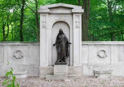 Jeden z zabytkowych pomników na Cmentarzu Centralnym