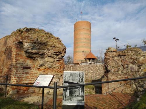 """Ruiny zamku krzyżackiego wGrudziądzu. Wgłębi rekonstrukcja wieży """"Klimek"""". (aut. Marcin Gorączko)"""