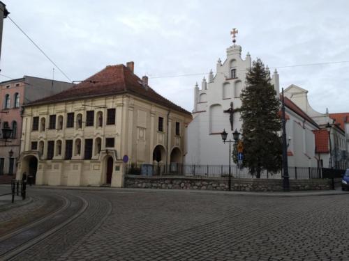 Grudziądz. Poprawej gotycki kościół pw.św.Ducha, poprawej Pałac Opatek. (aut. Marcin Gorączko)