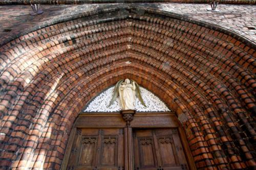 Białogard – okazały portal kościoła NMP