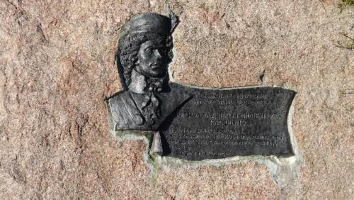 Kosów Poleski  - kamienny głaz przeddworkiem zpodobizną Tadeusza Kościuszki