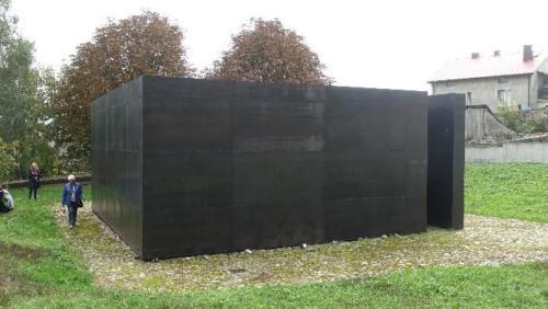 """Chmielnik – zdewastowany cmentarz przy synagodze isymboliczna """"czarna bryła"""" pomnik"""
