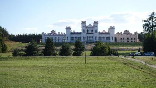 Kosów Poleski - ruiny majestatycznie położonego pałacu przemysłowca hrabiego Wandalina Pusłowskiego.
