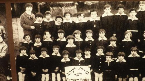 Chmielnik – fragment ekspozycji wsynagodze. Dzieci zeszkoły żydowskiej izdjęcie jednej wielodzietnej rodziny żydowskiej