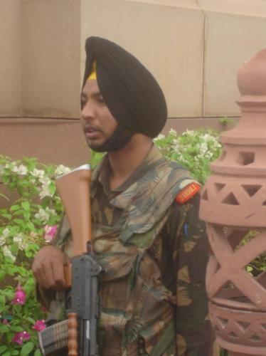 Żołnierz hinduski – Sikh stojący nawarcie